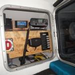 Les équipements électroniques du bateau (communication, navigation, sécurité) sont placés dans un compartiment étanche à l'intérieur de l'habitacle.