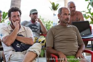 Rémy et Matthieu Martin concentrés pendant le brieffing