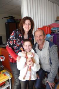 Clara qui tient Tchicou dans ses mains, sa maman et Rémy